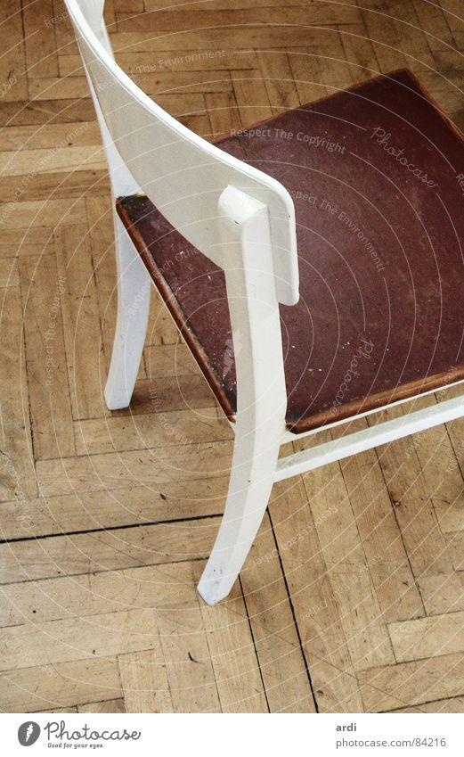 Holz auf Holz dreckig Stuhl Bodenbelag Möbel gemütlich Sitzgelegenheit Parkett Rest gebraucht Tanzfläche Stuhllehne Holzmehl