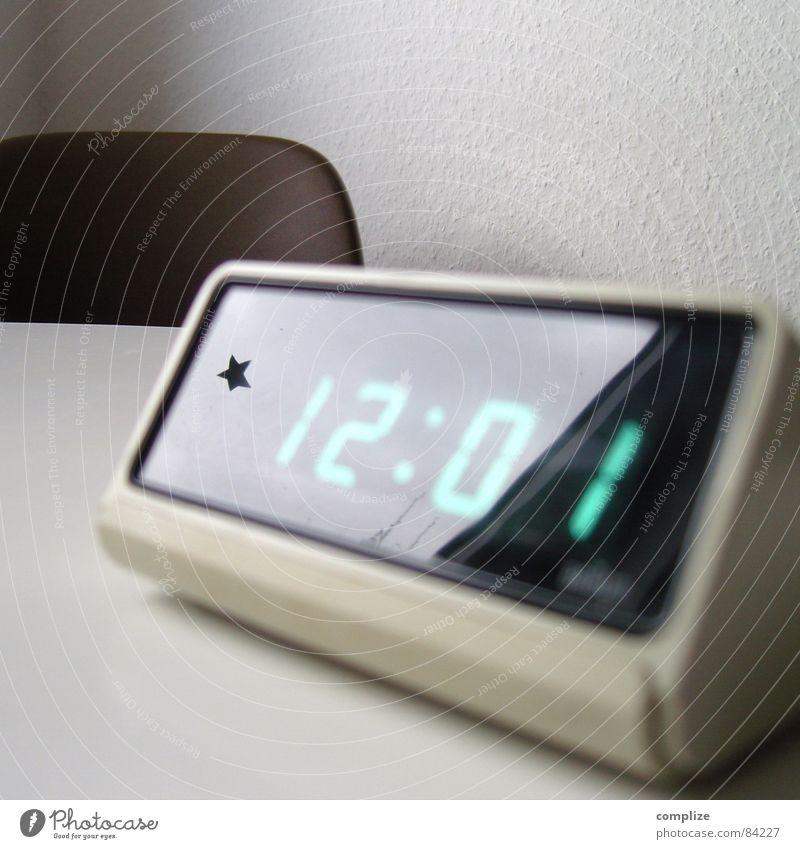*12:01 Design Uhr Ziffern & Zahlen Digitaluhr Wecker Siebziger Jahre Mittag Digitalfotografie Leuchtdiode Anzeige retro Zeit Reflexion & Spiegelung digital