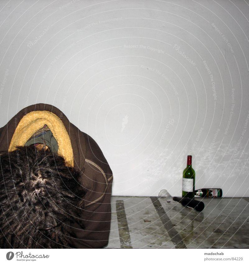 Junger Mann alkoholisiert im Delirium im Club nach dem Kosum von Wein und Bier Rauschmittel Missbrauch Überdosis Bewusstseinsstörung Alkoholisiert Frustration