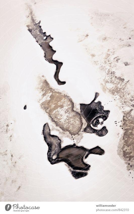 Offene Strukturen auf einer Eisfläche Winter Schnee Winterurlaub Wasser schlechtes Wetter Fluss Düna Riga Lettland Europa kalt kaputt trist braun schwarz weiß