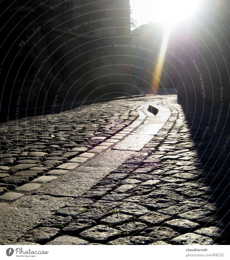W E G Gasse Froschperspektive Licht Strahlung Windung Biegung Hoffnung grau dunkel Sonnenstrahlen Stadt Rinnstein Verlauf unterwegs Schatten Antwort