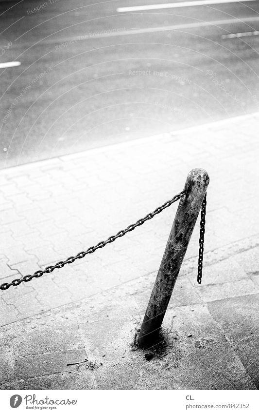 schiefe bahn Straße Wege & Pfade trist Verkehr Neigung Bürgersteig Barriere Verkehrswege Straßenbelag Kette Pfosten Straßenverkehr Straßenrand Poller anhänglich