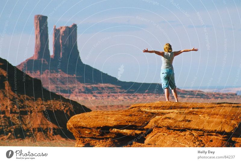 FREIHEIT Frau Mensch rot Sommer Freude Ferne Freiheit Arme Felsen USA Wüste Klippe Kulisse ausgestreckt Felsvorsprung Monument Valley