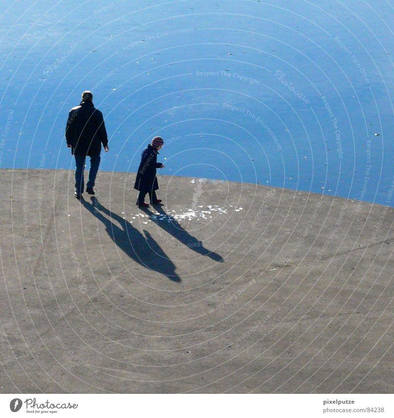 eiskalte spielchen |||| Kind Wasser schön Winter schwarz ruhig kalt Spielen grau Stein See Linie Eis Zusammensein Zufriedenheit warten