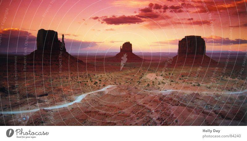 Abendrot trotz der Wolke, die uns den Sonnenuntergang stahl Himmel rot Sommer Ferien & Urlaub & Reisen Wolken ruhig Ferne Straße Farbe Freiheit Berge u. Gebirge Landschaft Wege & Pfade Erde Horizont Felsen