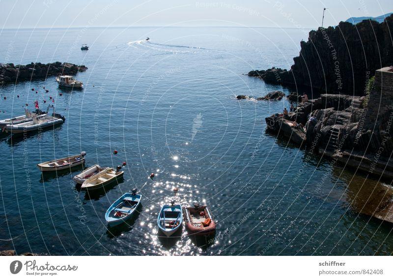 Einer zieht Leine blau Meer Landschaft Ferne Küste Felsen Horizont Wellen Schönes Wetter Italien Bucht Hafen Schifffahrt Ruderboot Jacht Fischerboot
