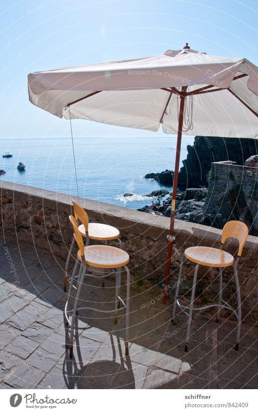 Hauptsaison Ferien & Urlaub & Reisen Tourismus Sommer Sommerurlaub Meer Wolkenloser Himmel Schönes Wetter Felsen Küste heiß Sonnenschirm Stuhl Terrasse Ferne