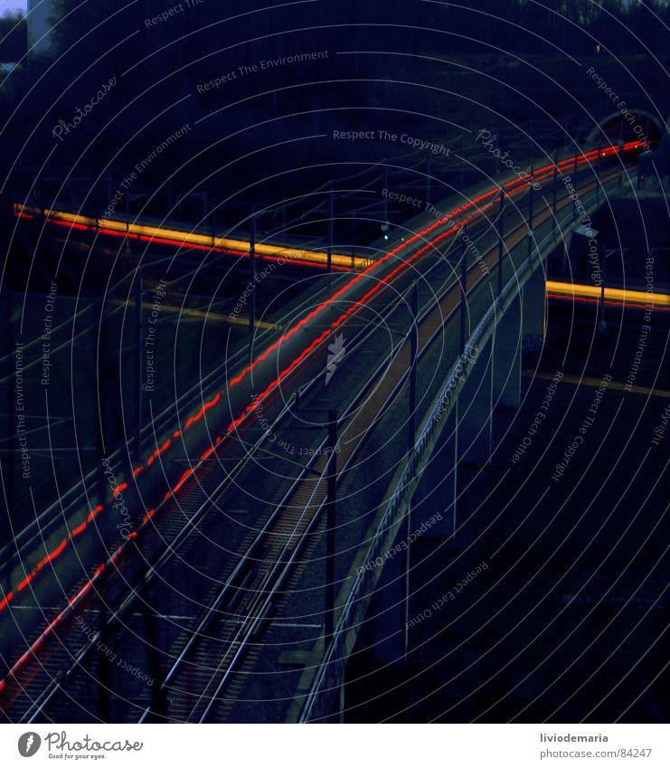 traviel_time Langzeitbelichtung Belichtung Eisenbahn Licht Gleise Elektrizität Kraft rot gelb Tunnel Nacht Lokomotive Schnellzug Bahnfahren Brückenpfeiler