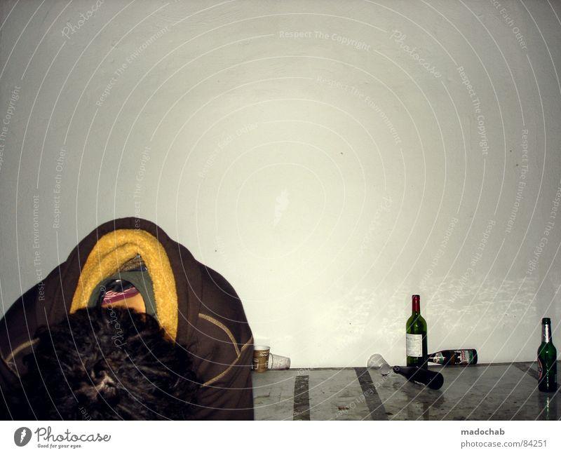 REALITÄT IST EIN ARSCH Frau Mensch Mann Jugendliche ruhig Einsamkeit Wand Haare & Frisuren Party Traurigkeit Mauer Denken Feste & Feiern sitzen maskulin Suche