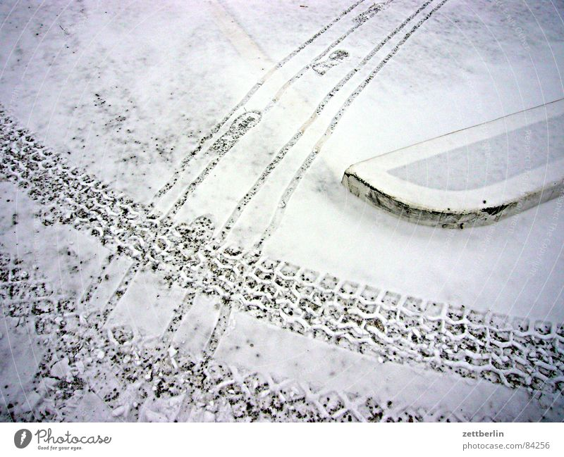 Schnee Winter Verkehr Spuren Verkehrswege Fußspur Parkplatz Mischung Kies Schneeflocke Streusand Split Öffentlicher Personennahverkehr Schneedecke