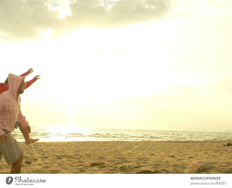 ab in den Süden Sonne Meer Sommer Freude Strand springen Sand Küste laufen rennen Italien Lebensfreude genießen Lust Pullover Abenddämmerung