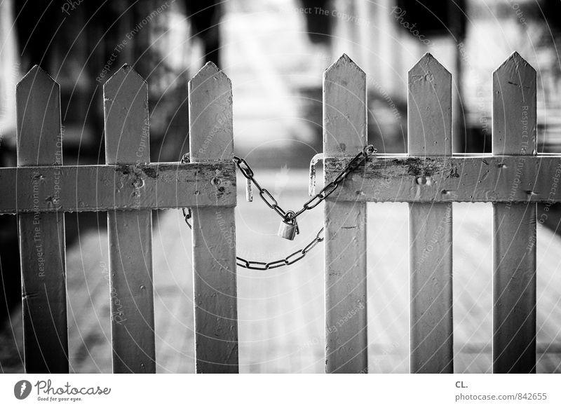 exklusion Schloss Schutz Sicherheit Verbote Wege & Pfade Kette Zaun geschlossen Barriere schließen Eingangstor Holzzaun Tor abweisend Schwarzweißfoto