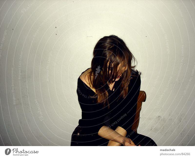 LIFE IS FRAGILE Mensch Frau Jugendliche Einsamkeit ruhig Wand Traurigkeit Lifestyle Mauer Denken Haare & Frisuren trist sitzen einzeln Neigung Trauer