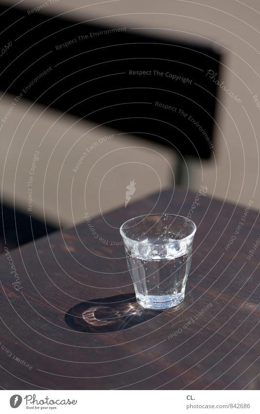 kaltes klares wasser Getränk trinken Erfrischungsgetränk Trinkwasser Glas Gesundheit Gesunde Ernährung Leben Häusliches Leben Stuhl Tisch Erholung