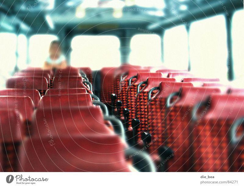 Platz im Bus fest Unschärfe Sitzreihe rot Licht Freiraum Rücksitz Lichteinfall Sitzgelegenheit Verkehr Platzkarte Mensch
