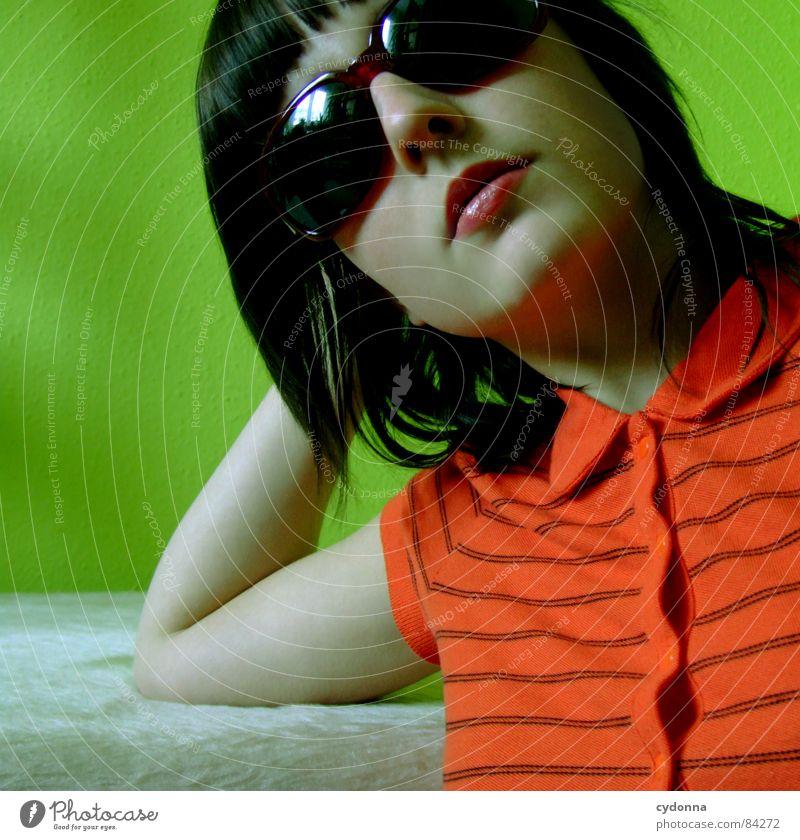 Farbe bekennen Sonnenbrille Pornobrille dunkel Glas Stil Brille Coolness Gefühle Tisch grün rot Frau aufstützen Haare & Frisuren Accessoire entdecken Erholung