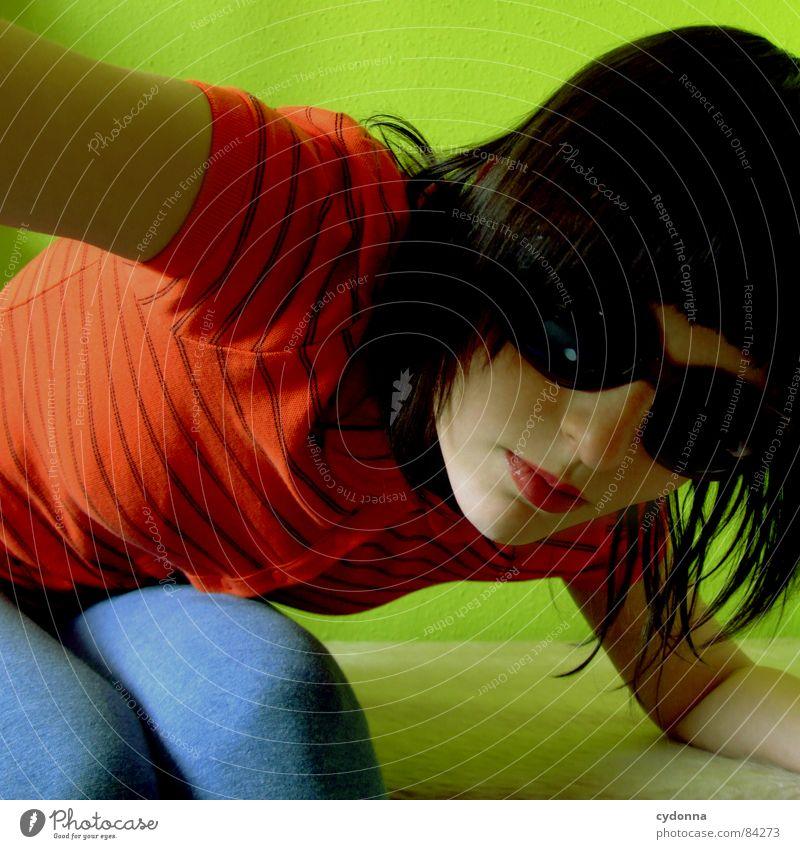 Farbe bekennen I Frau Mensch grün rot Gesicht dunkel Erholung Gefühle Stil Haare & Frisuren Kopf Mund Raum Mode Glas