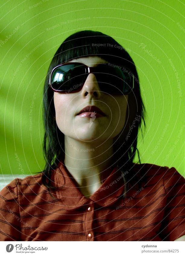 Farbe bekennen III Sonnenbrille Pornobrille dunkel Glas Stil Brille Coolness Gefühle Tisch grün rot aufstützen Haare & Frisuren Accessoire entdecken Erholung