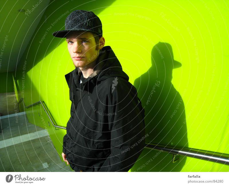 At the Trainstation maskulin Porträt grün knallig blenden giftgrün prächtig Aussehen Flüchtiger Blick Station Mensch man Bahnhof Treppe Sonne Perspektive