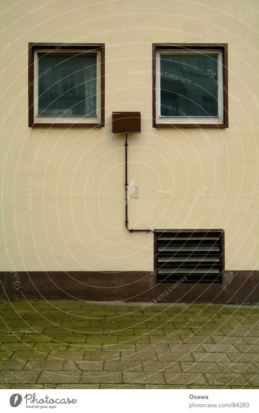 Wand mit zwei Fenstern und Lüftungsklappe Haus Mauer Gebäude braun Glas Baustelle Asphalt Bürgersteig Bauwerk Kopfsteinpflaster Straßenbelag beige Fensterbrett