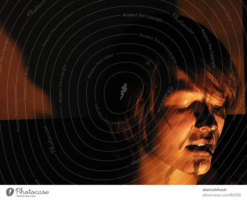 pulli Gesicht dunkel Traurigkeit braun Kunst Perspektive Vergänglichkeit Wut geheimnisvoll Meinung Ärger unklar Krise Lichtbrechung Standort Notfall