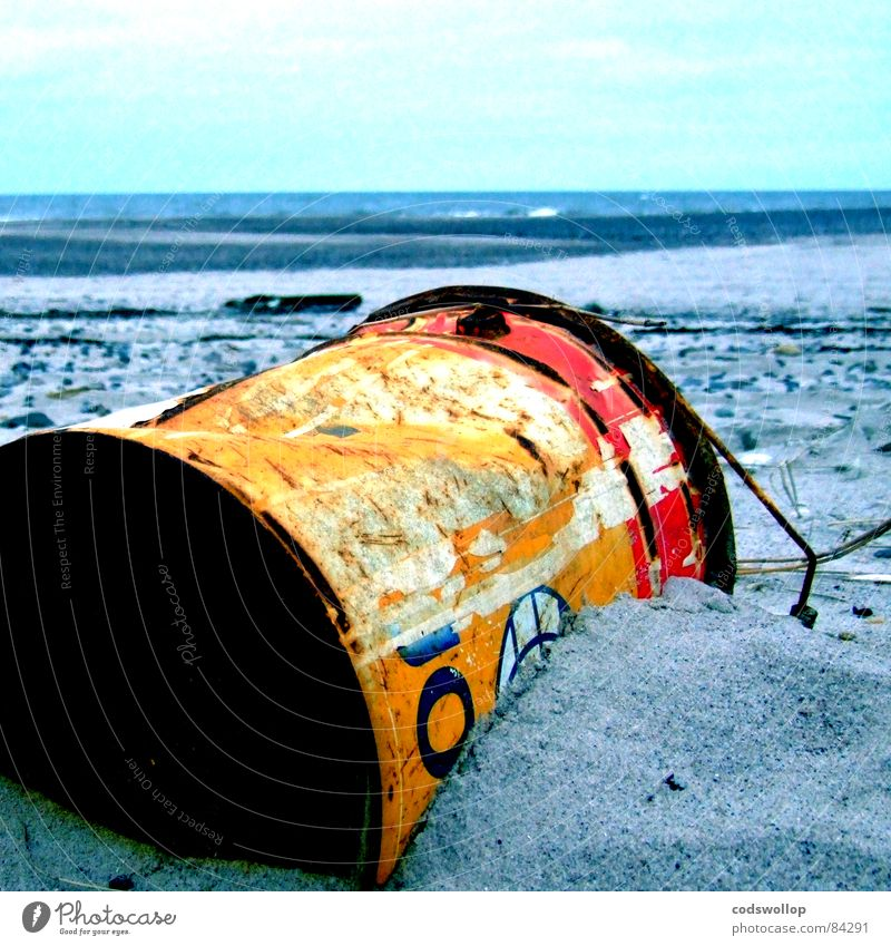 tauchlack Strand Umwelt Sand Horizont Küste See Moral Umweltverschmutzung Verfall Vergänglichkeit Blechkanister Dose Farbstoff dreckig Farbfoto Außenaufnahme