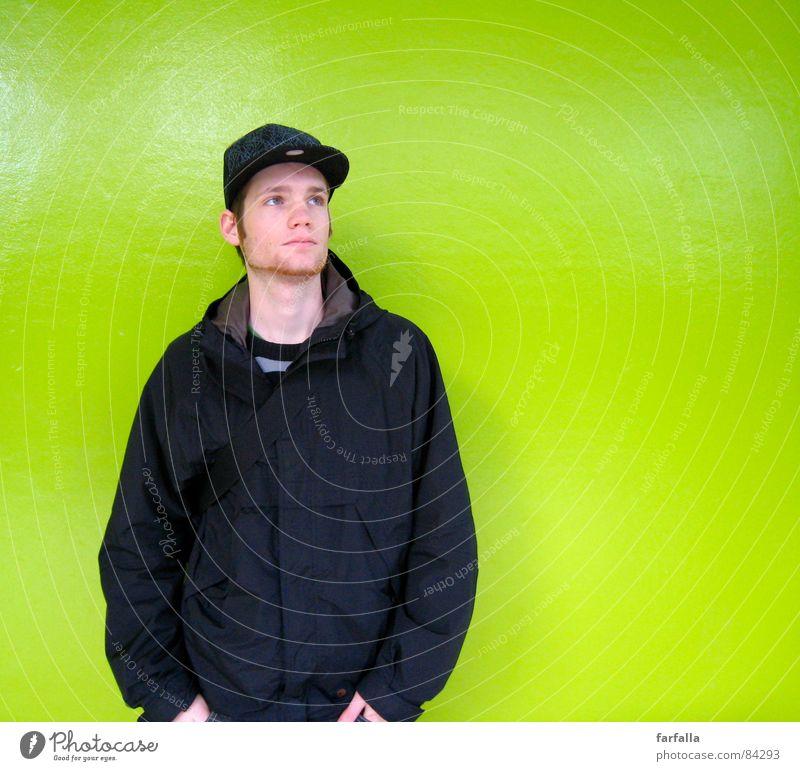 Der Knaller grasgrün knallig giftgrün schwarz Hintergrundbild Porträt Station Aussehen Mensch man zugstation männlich maskulin trainstaition Bahnhof warten