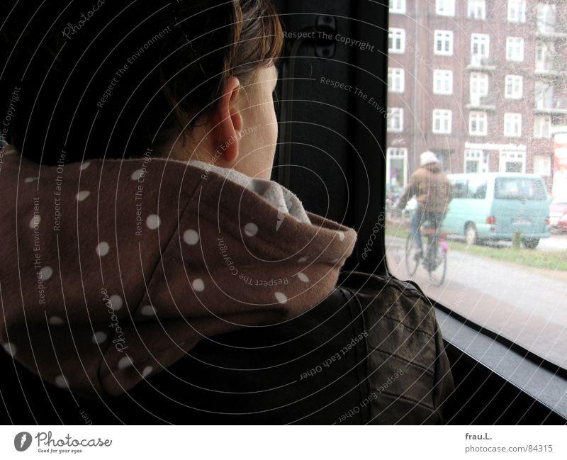 Busfahrt Frau Ferien & Urlaub & Reisen Haus Fenster PKW Rücken Verkehr sitzen fahren beobachten Punkt Bürgersteig Verkehrswege Fleck Kapuze