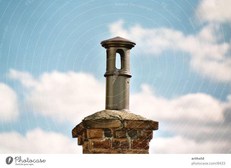 Schornstein alt Architektur Stil oben rund Röhren Abdeckung Öffnung Wolkenhimmel Wolkenformation stilistisch Ziegelbauweise