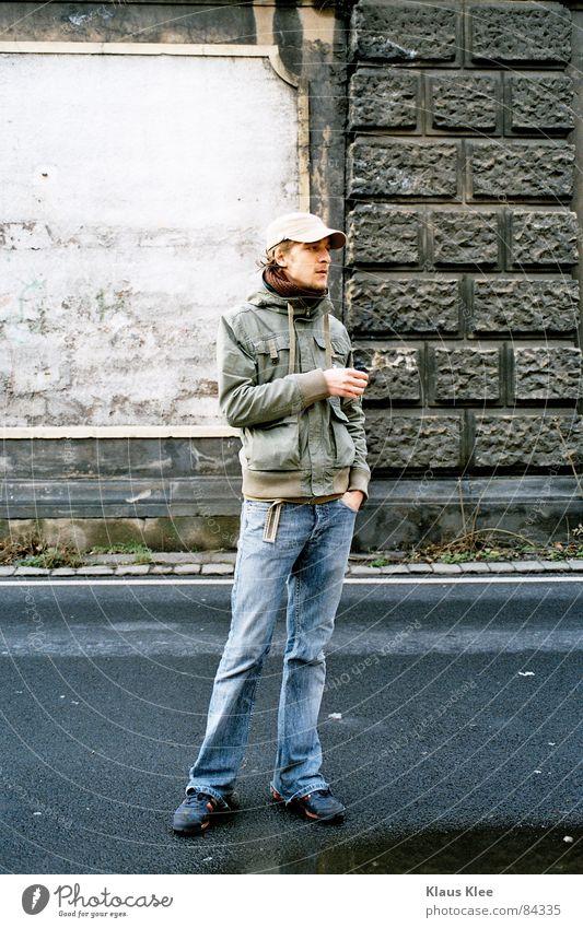 iNGE Diskjockey Mauer Wand Jacke Regenrinne Mütze Pfütze grün Hand Tasche Relief Mann inge Jeanshose Straße Schatten Eisenbahn