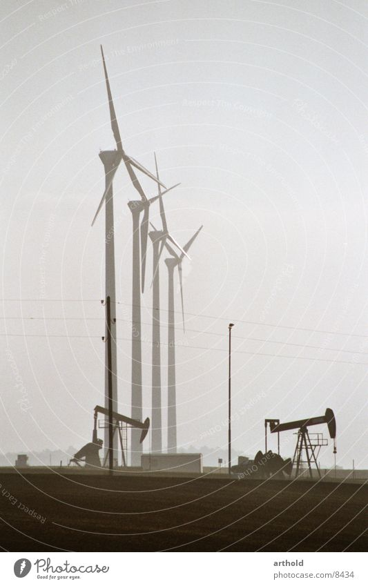 Erdöl kontra Windkraft 2 Industrie Energiewirtschaft Windkraftanlage Erneuerbare Energie Erdöl Förderpumpe Erdölförderung Ölfeld