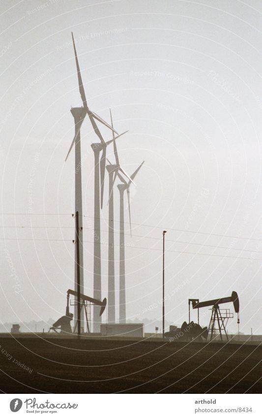 Erdöl kontra Windkraft 2 Windkraftanlage Erdölförderung Ölfeld Industrie Windkraftwerke Energiewirtschaft Erdölvorkommen Erdöl Förderpumpe