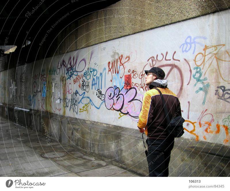 IN THE STREETS Mensch Mann Stadt Graffiti Mauer 18-30 Jahre Dresden Bürgersteig Mütze Tunnel Typ Stadtteil Fußgänger unterwegs Kerl Straßenkunst