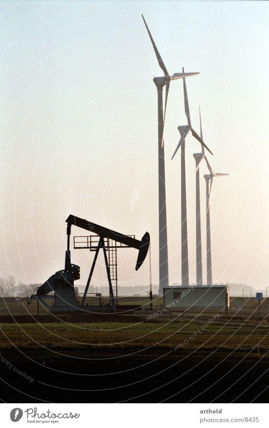 Erdöl kontra Windkraft Windkraftanlage Erdölförderung Ölfeld Industrie Windkraftwerke Energiewirtschaft Erdölvorkommen Erdöl Förderpumpe fossile Energiequellen