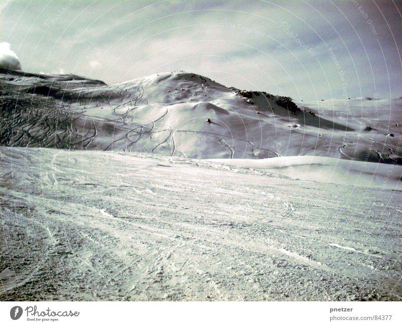 Schwarzer Schnee weiß Winter kalt Berge u. Gebirge Frost Italien Schneelandschaft Skipiste Schneebedeckte Gipfel Skigebiet Schneedecke farbneutral Skispur