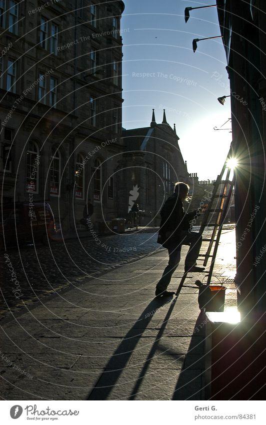 man@work Mensch Mann Sonne Stadt schwarz dunkel Fenster Beine Stern (Symbol) Reisefotografie Klettern Beruf Dienstleistungsgewerbe Leiter Schönes Wetter