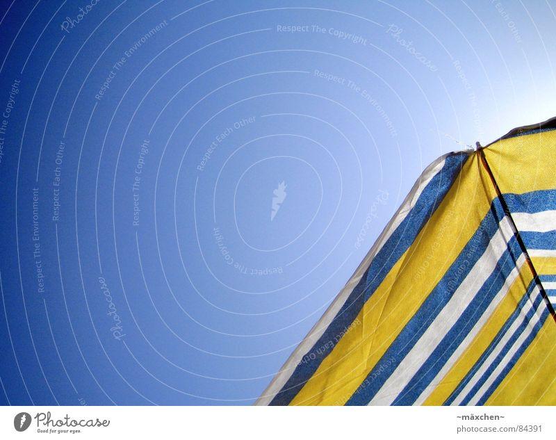 summerfeeling Sonnenschirm gelb weiß Himmel Strand Sommer Schnellzug Physik Sonnenbad genießen Ferien & Urlaub & Reisen Erholung Froschperspektive Freude blau