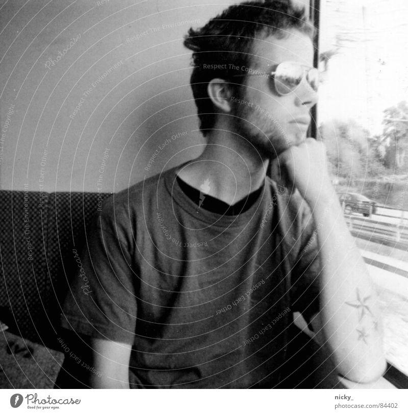 long way to love schwarz Pornographie Brille Sonnenbrille Eisenbahn grau Hand Fenster analog Sehnsucht man nils train black white grey window Scan körnung