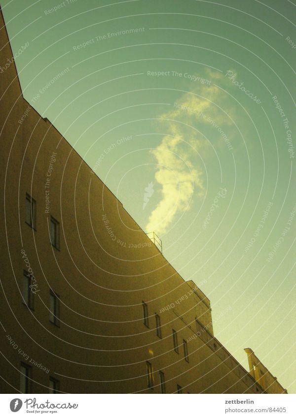 Rauch Schadstoff Schulden Haus Fenster Stadt Fassade diagonal Emission Umweltschutz Hospitalisierung Fenstersims Heimat Himmel schön Dunst Schornstein