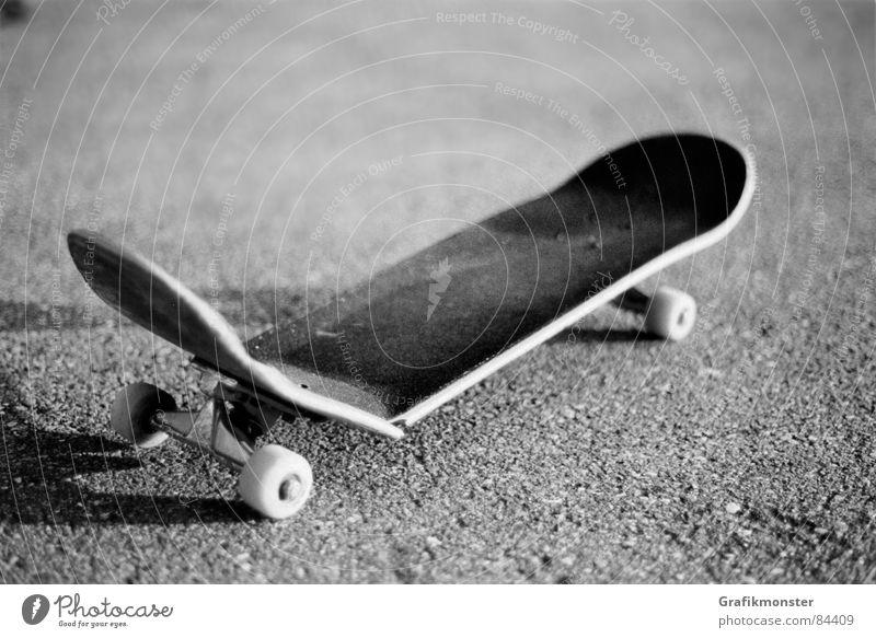 broken board gebrochen kaputt Skateboarding fertig außer Betrieb Extremsport Holzbrett hinüber fertig sein quer durch erledigt sein in die brüche gegangen