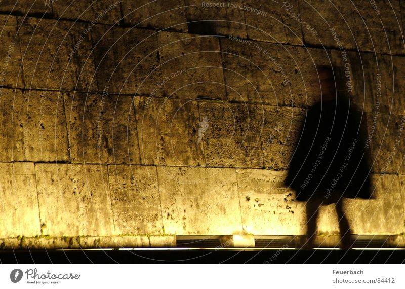 Nachtschatten Mensch Frau Erwachsene dunkel Wand Mauer Beleuchtung braun gehen Angst Fassade Gold gruselig Museum obskur Mantel
