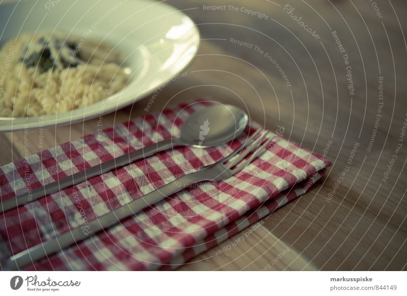 Pasta mit Pesto Lebensmittel Gemüse Teigwaren Backwaren Kräuter & Gewürze Öl Nudeln Geschirr Teller Besteck Gabel Löffel Lifestyle Stil Design Freude Glück