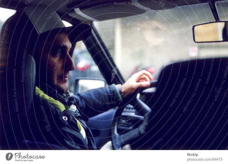 l0wraida Gesicht Spiegel maskulin Mann Erwachsene PKW Jacke Mütze Dreitagebart fahren authentisch Stimmung Gelassenheit Konzentration Mobilität Stil Fahrer