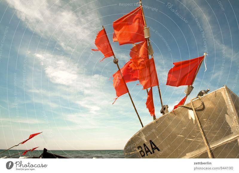 Küstenfischerei Himmel Ferien & Urlaub & Reisen Sommer Meer Erholung rot Wolken Strand Ferne Wasserfahrzeug Horizont Wind Ostsee Fahne Sehnsucht