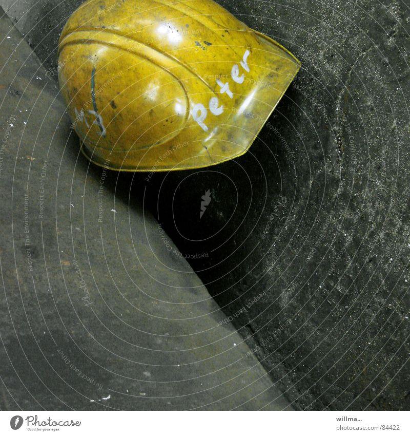 arbeitslos, arbeitsschutz, helm | peter... Arbeit & Erwerbstätigkeit Handwerker Bauarbeiter Industrie Baustelle Arbeitslosigkeit Arbeitsbekleidung Helm gelb