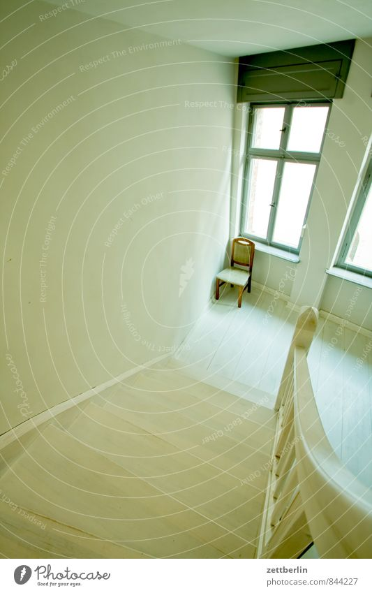 Stuhl Stadt weiß Erholung Einsamkeit Haus Fenster Wand Innenarchitektur Architektur Treppe Häusliches Leben einzeln Textfreiraum Pause Niveau Geländer
