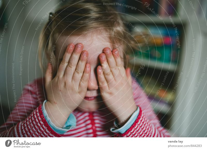 Kuckuck Mensch Kind Hand Mädchen Leben Traurigkeit Spielen Freizeit & Hobby Kindheit Trauer geheimnisvoll verstecken Irritation Kleinkind Identität Schwäche