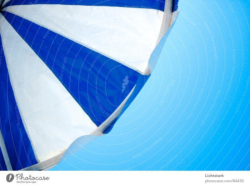 blau und weiss Ferien & Urlaub & Reisen Freizeit & Hobby ruhig Schatten Schutzschicht lichtvoll Sommer Farbe Sonne Regenschirm