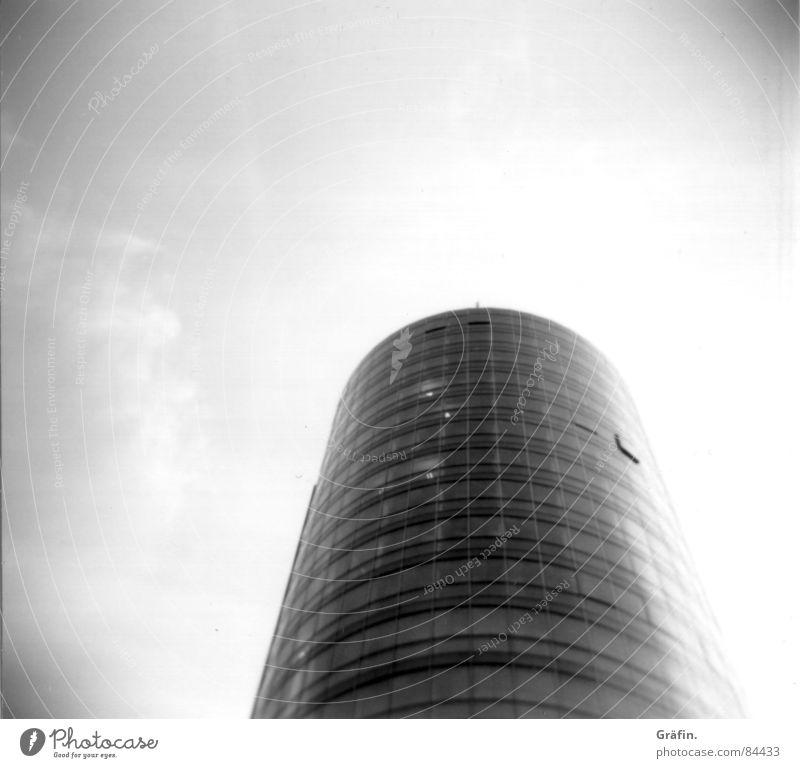 Turm aus Glas Gebäude Holga schwarz rund Fenster Haus Bauwerk Lomografie modern Himmel Schwarzweißfoto Baustelle Rundbauweise Architektur Vor hellem Hintergrund