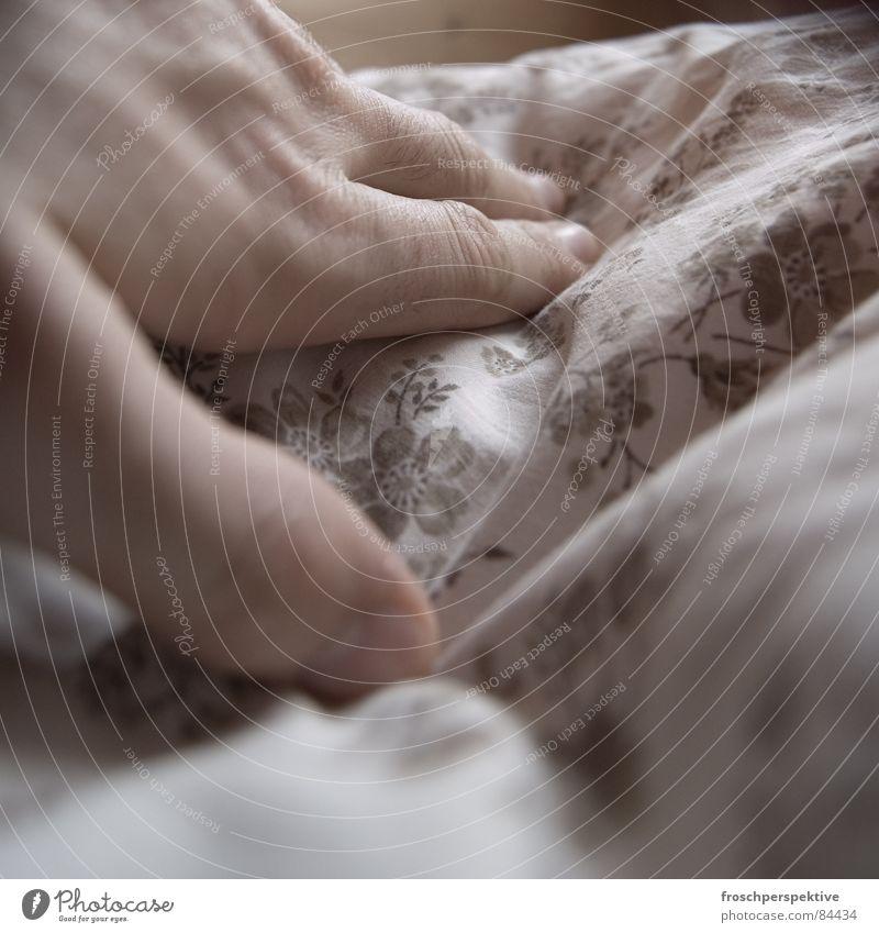 nach dem blümchensex ist vor dem blümchensex Hand Blume ruhig Holz träumen Finger Seil schlafen Bett Vergänglichkeit Trauer Freundlichkeit Frieden Gelassenheit